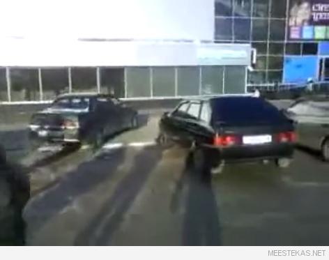 Asjad Venemaal lähevad peale meteoriidi maha kukkumist aina hullemaks ja hullemaks. Vaimuhaiget Ladat nähti ilma juhita tiirutamas ümber kolme auto korraga. Pealtvaatajad proovisid päästa lähedalolevaid autosid, pannes nende alarme tööle, seejärel üritasid Lada klaasi ära lõhkuda, et auto pidama saada. Kahjuks kaader lõpus väriseb liiga palju, oleks ikka tahtnud lõpplahendust ka näha!