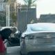 ? Naine üritab Tesla Model S-i bensiinijaamas tankida