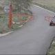 VALUS! Ema sõidab koos lastega ATV-ga vastu väravat