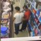 Ärritunud mees lööb tema selga katsunud tüübi peaga pikali