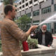 Restorani juhataja kustutab tulekustutiga kodutu mehe sigareti