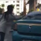 Vihane naine lööb takso tagaklaasi sisse, taksojuht ei jää vastust võlgu
