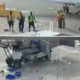 Dramaatiline lõpp lennujaamas kontrolli alt väljunud pagasisõiduki soolole