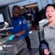 Naine saab lennujaamas sõpradelt valusa tünga