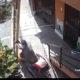 Mida helli – ratastoolis mees raputab töölise redeli pealt alla