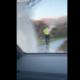 Tüübid pritsivad autoga kõnniteel jalutanud politseiniku läbimärjaks